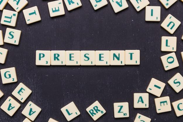 Vista dall'alto del testo presente su lettere scrabble su sfondo nero