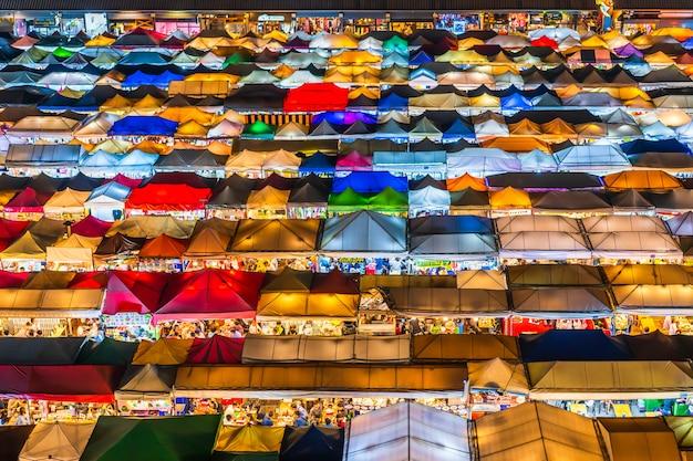 Vista dall'alto del treno night market ratchada (talad rot fai). mercato con molti negozi con tetti di tela colorata di notte a bangkok, in thailandia