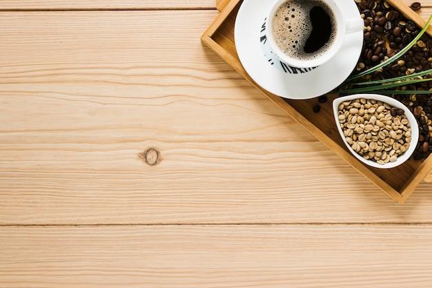 Vista dall'alto del vassoio del caffè con spazio di copia