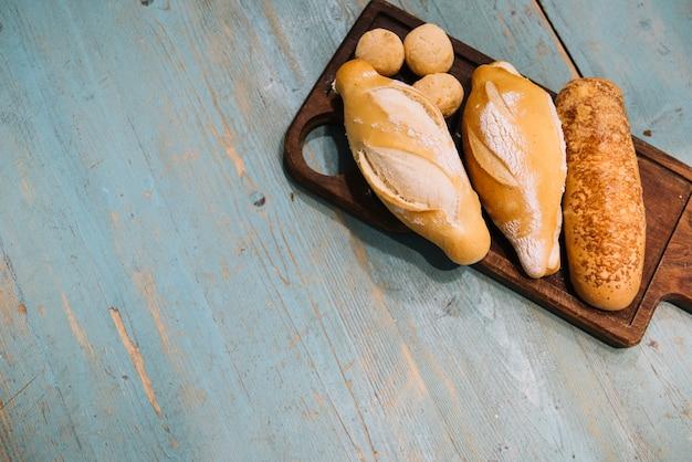 Vista dall'alto del vassoio del pane