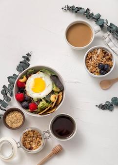Vista dall'alto deliziosa colazione pronta per essere servita