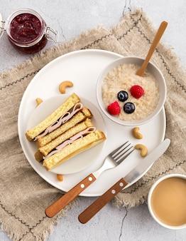 Vista dall'alto deliziosa colazione su un piatto