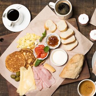 Vista dall'alto deliziosa colazione