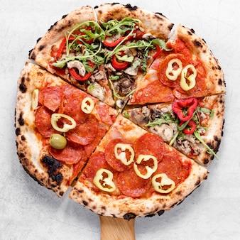 Vista dall'alto deliziosa pizza arrangiata
