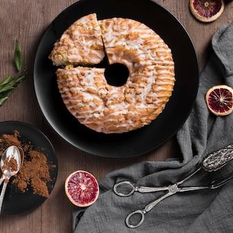 Vista dall'alto deliziosa torta fatta in casa su un piatto