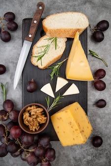 Vista dall'alto deliziosa varietà di formaggi con noci e uva