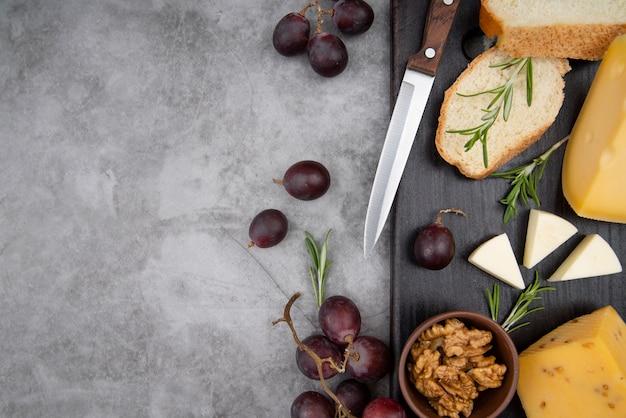 Vista dall'alto deliziosa varietà di formaggi con uva e noci