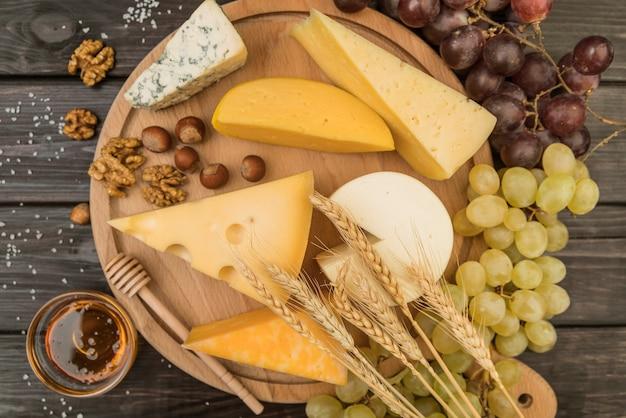 Vista dall'alto deliziosa varietà di formaggi con uva