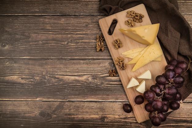 Vista dall'alto deliziosa varietà di formaggi sul tavolo
