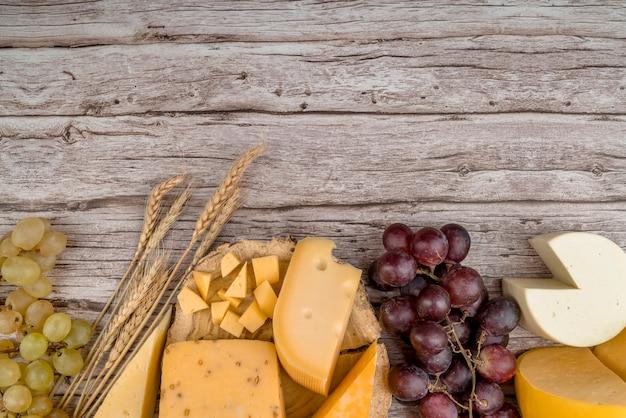 Vista dall'alto deliziosa varietà di formaggio con uva sul tavolo