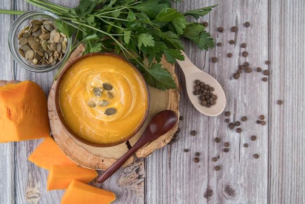 Vista dall'alto deliziosa zuppa di formaggio e crema