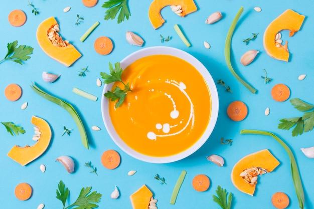 Vista dall'alto deliziosa zuppa di zucca sul tavolo