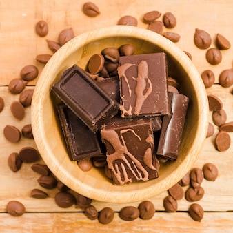 Vista dall'alto deliziose barrette di cioccolato sul tavolo