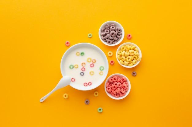 Vista dall'alto deliziose ciotole di latte con cereali
