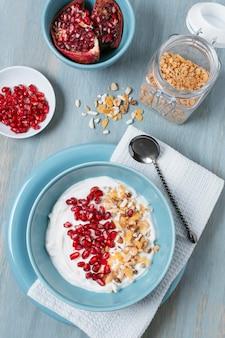 Vista dall'alto deliziose ciotole per la colazione con yogurt e avena