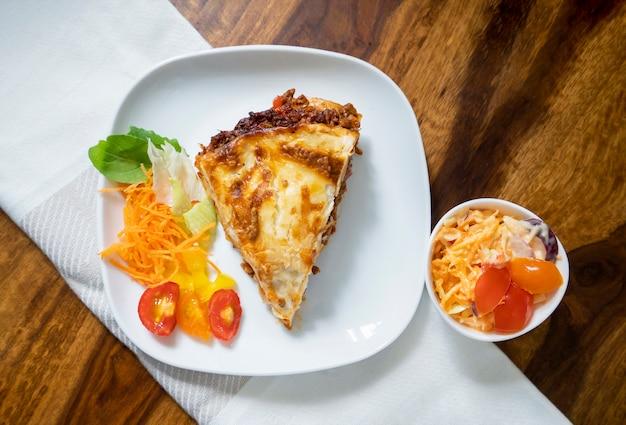 Vista dall'alto deliziose lasagne alla bolognese tradizionali italiane con carne macinata
