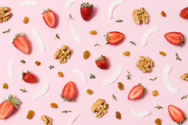 Vista dall'alto deliziose noci e fragole sul tavolo