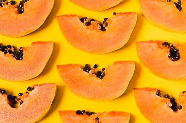 Vista dall'alto deliziose papaya pronte per essere servite