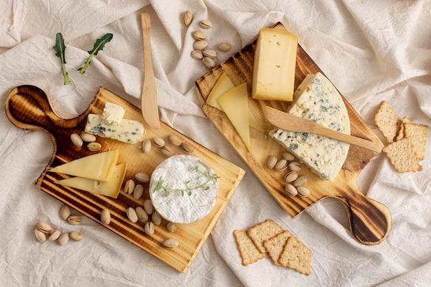 Vista dall'alto deliziosi formaggi su un tavolo