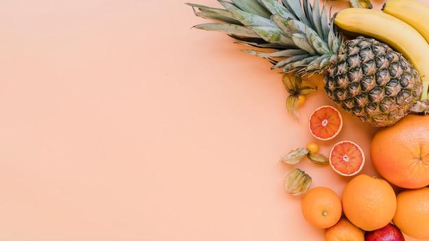 Vista dall'alto deliziosi frutti esotici con spazio di copia
