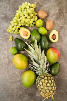 Vista dall'alto deliziosi frutti esotici sul tavolo