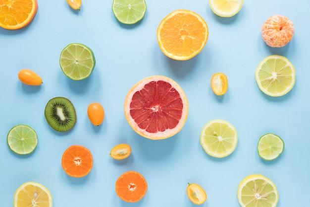 Vista dall'alto deliziosi frutti sul tavolo