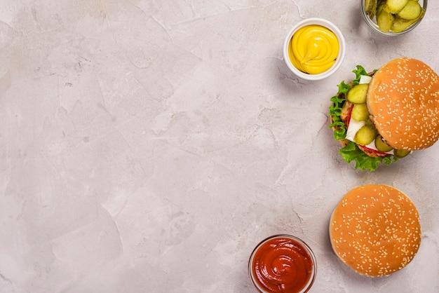 Vista dall'alto deliziosi hamburger di manzo con ketchup e senape