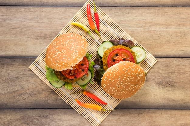 Vista dall'alto deliziosi hamburger vegani