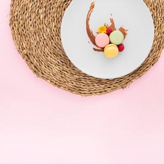 Vista dall'alto deliziosi macarons con spazio di copia