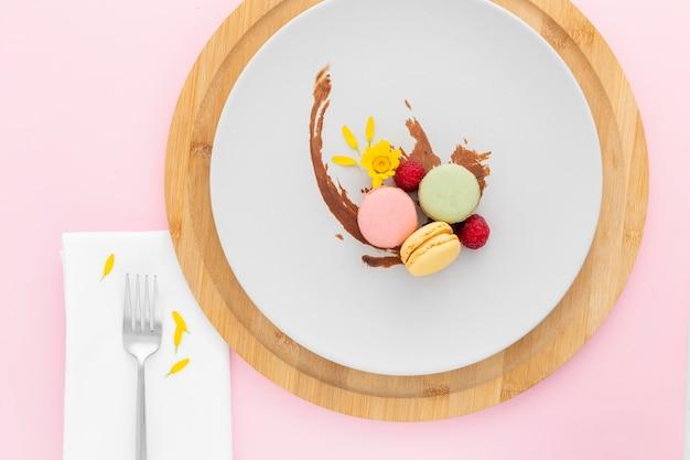 Vista dall'alto deliziosi macarons su un piatto