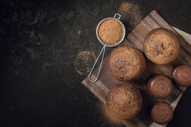 Vista dall'alto deliziosi muffin al cioccolato
