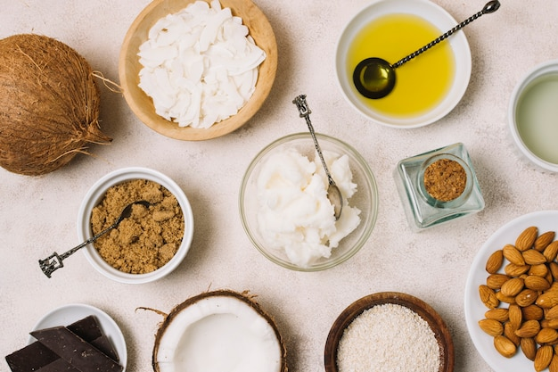 Vista dall'alto deliziosi prodotti nutrienti al cocco con snack