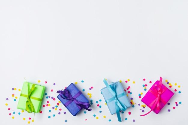 Vista dall'alto deliziosi regali di compleanno con spazio di copia