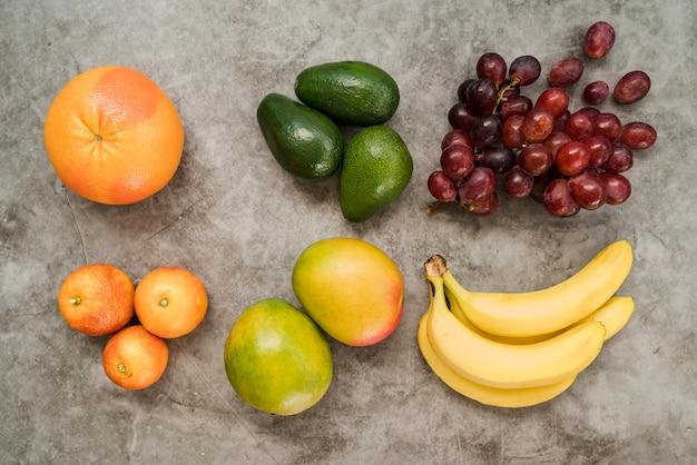 Vista dall'alto delizioso assortimento di frutta sul tavolo