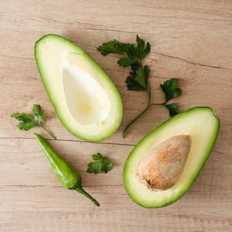 Vista dall'alto delizioso avocado tagliato a metà