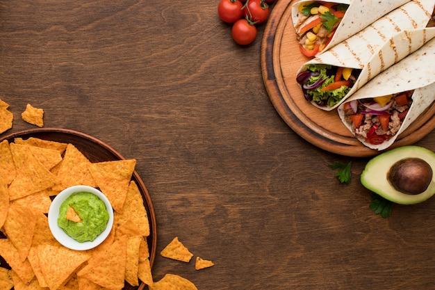 Vista dall'alto delizioso cibo messicano pronto per essere servito