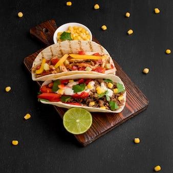 Vista dall'alto delizioso cibo messicano sul tavolo