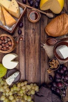 Vista dall'alto delizioso formaggio gourmet con pane e uva