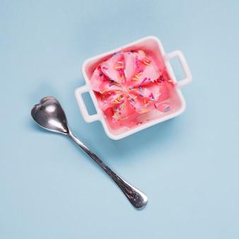 Vista dall'alto delizioso gelato con cucchiaio