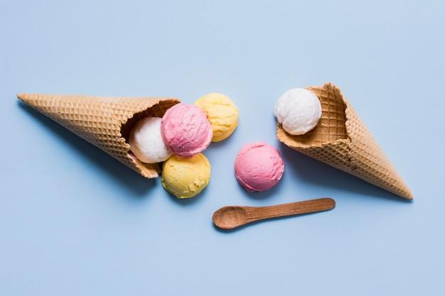 Vista dall'alto delizioso gelato sul cono