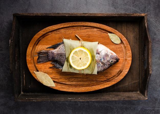 Vista dall'alto delizioso pesce con limone sul piatto