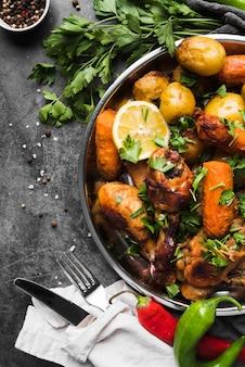 Vista dall'alto delizioso piatto di patate e carote