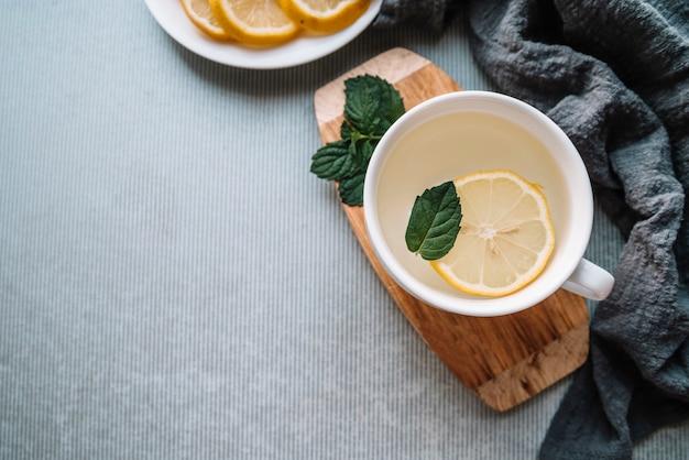 Vista dall'alto delizioso tè con una fetta di limone e copia spazio