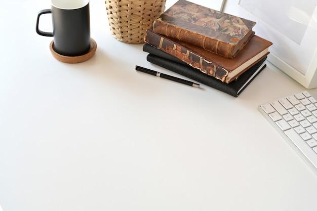 Vista dall'alto dell'area di lavoro desktop bianca con forniture per l'home office e spazio di copia