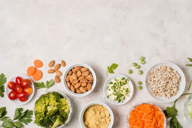 Vista dall'alto dell'assortimento di alimenti sani con spazio di copia