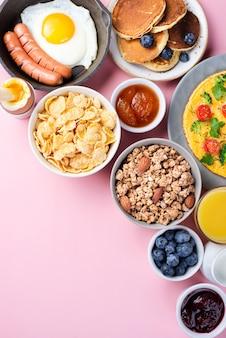 Vista dall'alto dell'assortimento di prodotti per la colazione con mirtilli e marmellata