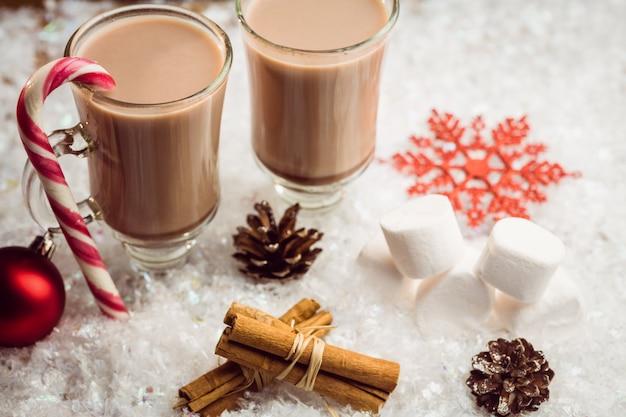 Vista dall'alto dell'immagine composita di cioccolata calda