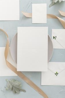 Vista dall'alto dell'invito a nozze con spazio di copia