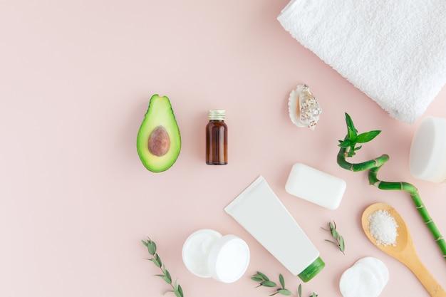 Vista dall'alto dell'olio di avocado per uso di trattamenti di bellezza spa