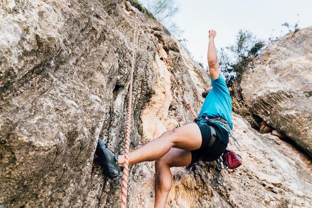 Vista dall'alto dell'uomo che fa arrampicata su roccia